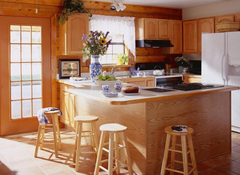 Белая кухня под дерево