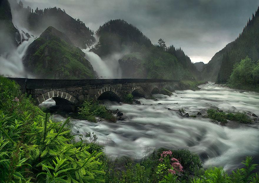 Арочный мост через водопад лотефосс