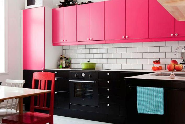 Дизайн кухни розовый
