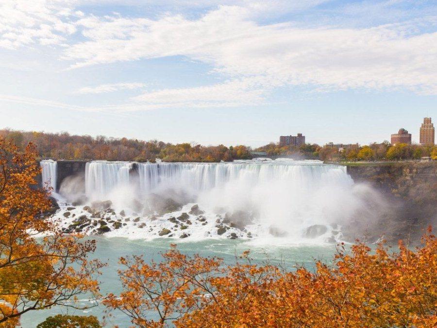 Ниагарский водопад расположен между озерами