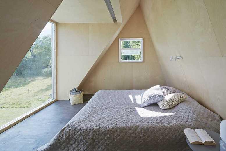 Деревянная спальня с видом на лес