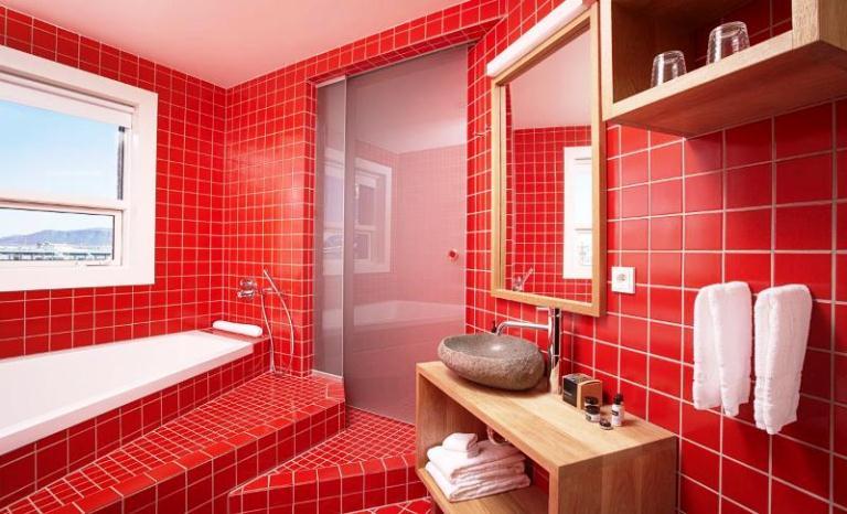 Дизайн в ванной в красном цвете