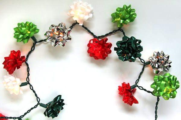 Красочная гирлянда украшенная разноцветными бантами