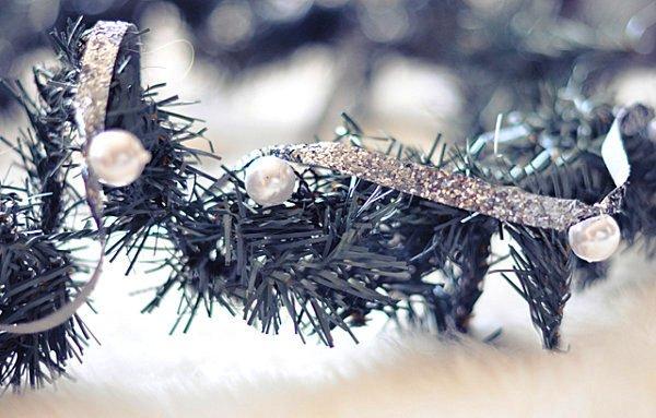 Креативная гирлянда из ёлочной ветки с жемчужинами