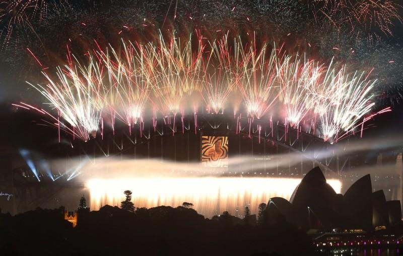 Фейерверки взрывались над Сиднейской Гаванью во время торжеств в Сиднее