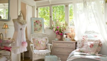 Нежная спальня для молодой девушки в легком стиле шебби шик.