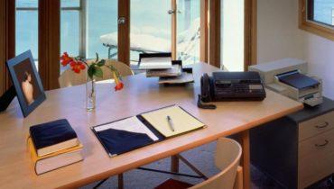 Дизайн кабинета с большим окном. Свежий воздух никогда не помешает для прилива енергии и сил на протяжении дня.