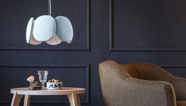 Светильники, вдохновленные образом прекрасного цветка, создают приглушенный свет, акцентируют внимание на нужных деталях интерьера и легко вписываются в комнату в современном стиле.