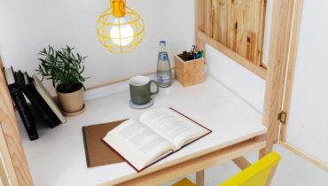 Интересный рабочий стол, созданный дизайнером Juhui Cho, - это не только прекрасно организованное рабочее место, бережно скрытое в шкафу от глаз посторонних, но и идеальное решение проблемы оптимизации небольшого пространства.