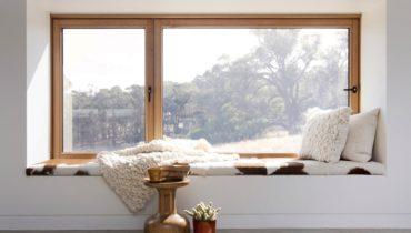 Уголок возле окна