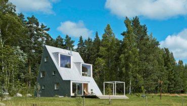 Деревянный дом-шалаш в Швеции