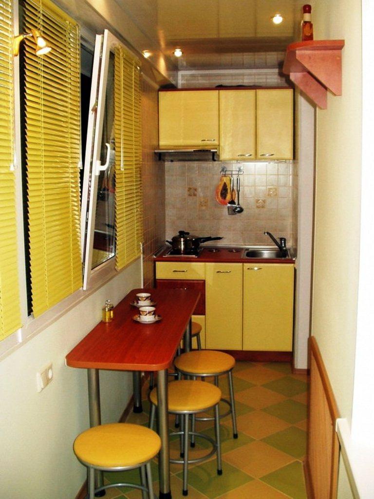 6. Очень узкая кухня с желтыми жалюзями и узким столом