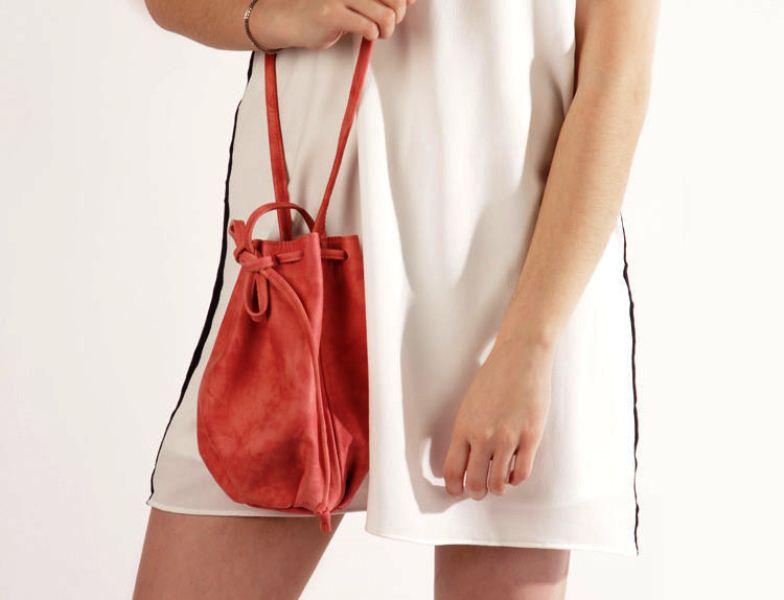8ce07a2f7fd8 Итак, самые модные сумки на лето 2019 года. В первую очередь, обратите  внимание на небольшие сумки-мешочки. Все, что нужно, в них войдет, носить  их можно ...