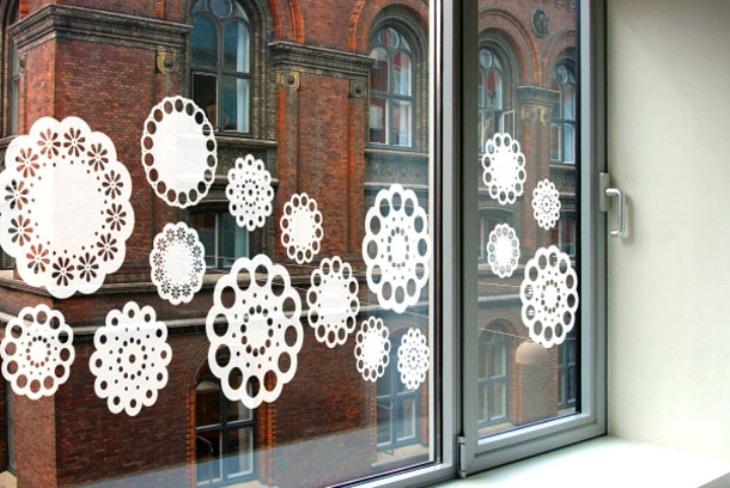 -окна-16 Украшения на окна к Новому году: 13 идей для праздничного настроения